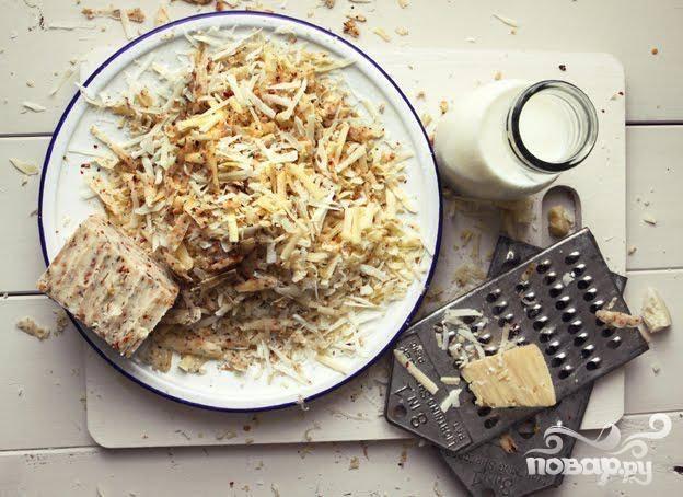 1. Предварительно разогреть духовку до 250 градусов. Сварить макароны, согласно инструкции на упаковке. Перемешать приготовленные макароны с 2 столовыми ложками оливкового масла и держать в тепле. В кастрюле нагреть молоко, добавить  сливки, сливочное масло и довести до кипения на медленном огне. Приправить солью и свежемолотым черным перцем. В миске смешать все сорта сыра вместе.