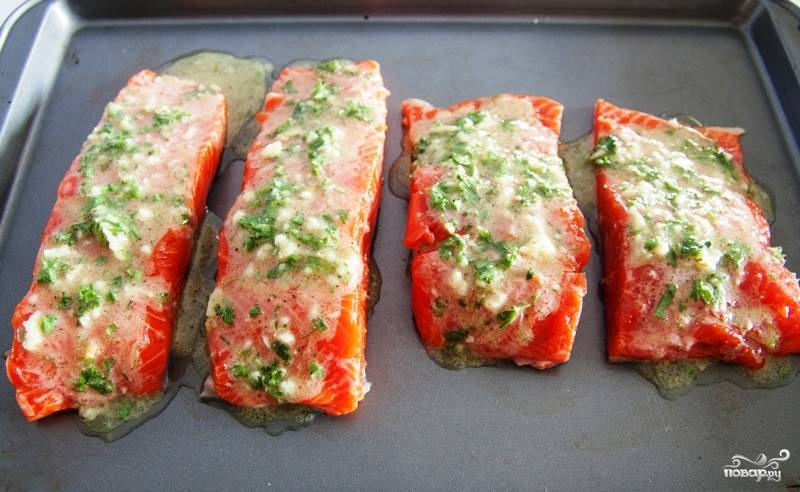 Щедро поливаем лосося приготовленным нами маринадом.