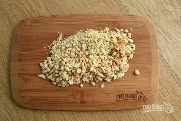 Орехи обжарьте на сухой сковороде до румяности, остудите, измельчите с помощью скалки или ножа.