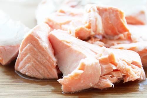 Рыбу достаем из кастрюли. Удаляем кожуру и кости. Измельчаем филе.