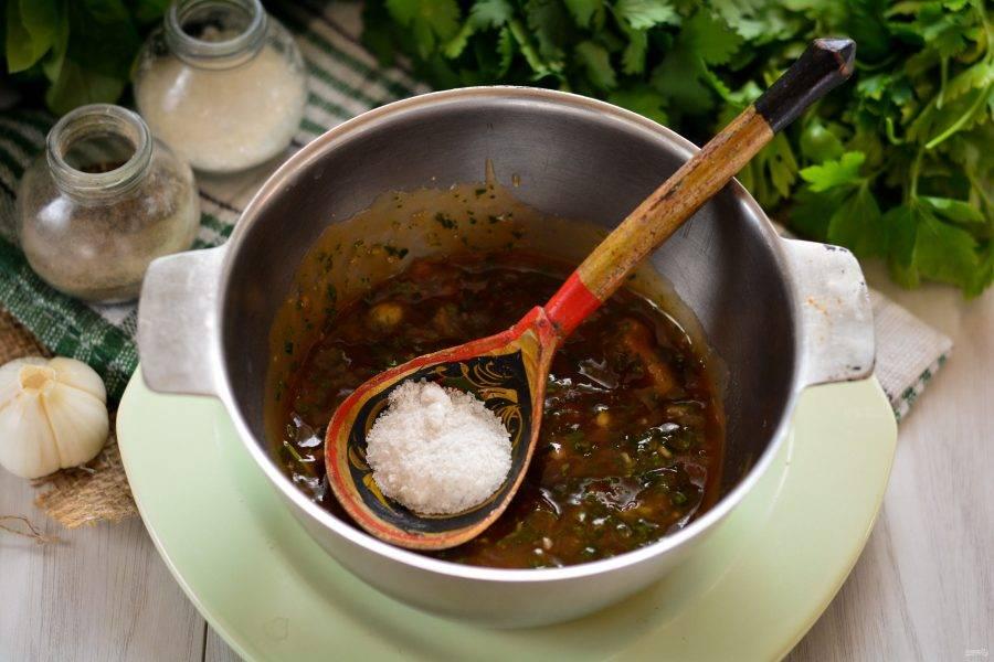 Соус перелейте в миску или кастрюлю. Добавьте специи: сахар, соль и перец. Проварите соус на медленном огне 15 минут. Затем остудите.