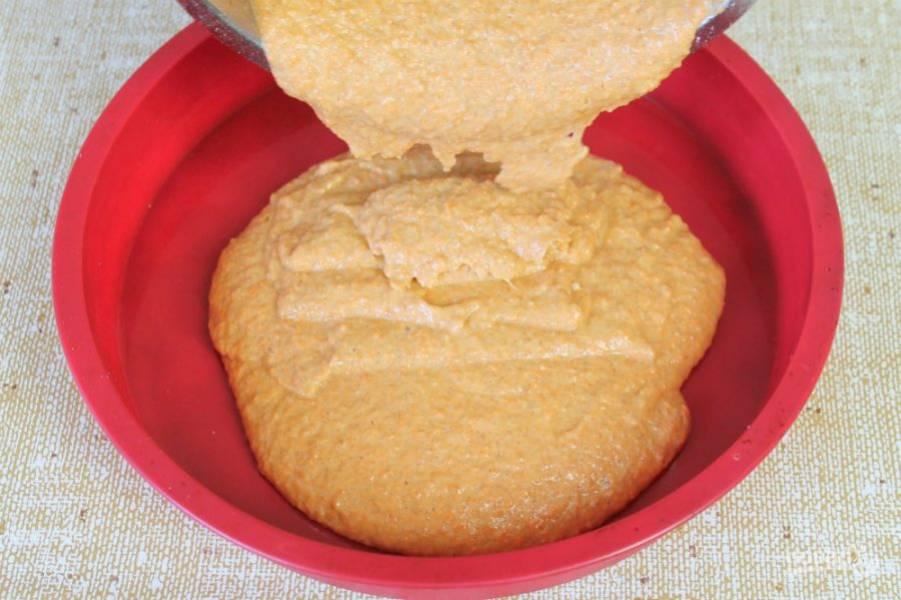 Перекладываем тесто в силиконовую форму и отправляем в разогретую духовку на 25-30 минут. Готовим при температуре 170-180 градусов.
