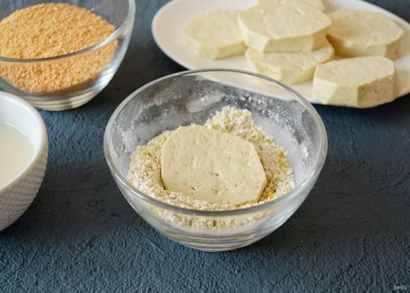 Обваляйте каждый ломтик тофу в мучной смеси, затем окуните в соевое молоко.