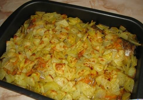5. Ставим рыбу с овощами в духовку, предварительно смазав верх майонезом. Запекаем около часа на слабом огне.