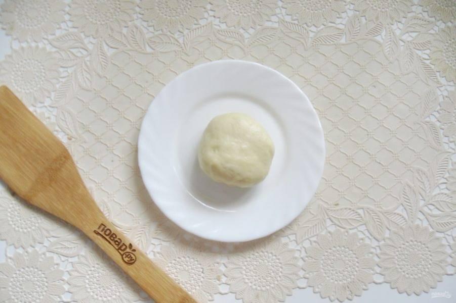 Соедините края лепешки вверху, образуя мешочек. Затем его переверните и получите круглую булочку.