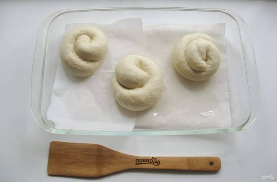 Выложите булочки в форму. Накройте пленкой и дайте постоять в тепле 20-25 минут.