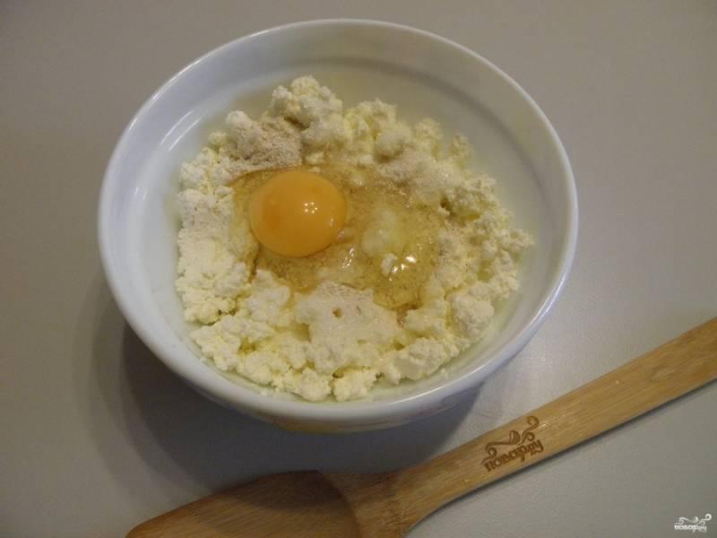 Соедините творог  с сахаром, манной крупой, ванильным сахаром и яйцом.