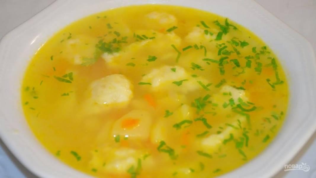 6.Нарежьте мелко зелень и добавьте ее в самом конце приготовления, выключите огонь и разлейте суп по тарелкам.