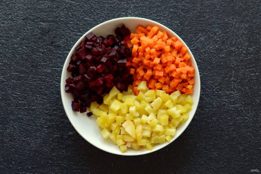 Затем очистите овощи от кожуры и нарежьте кубиками.