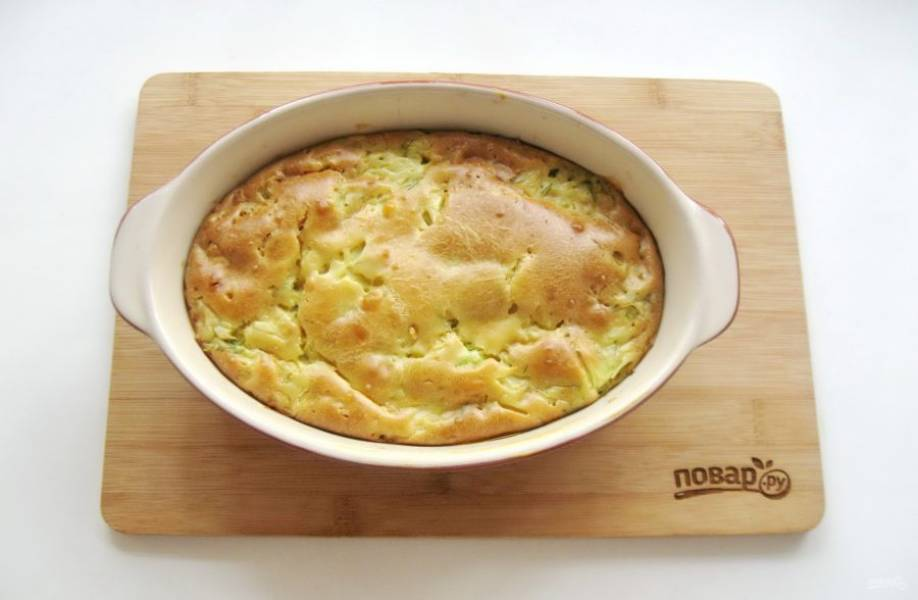 Выпекайте пирог в духовке, которую следует заранее разогреть до 175-180 градусов, 40-45 минут.