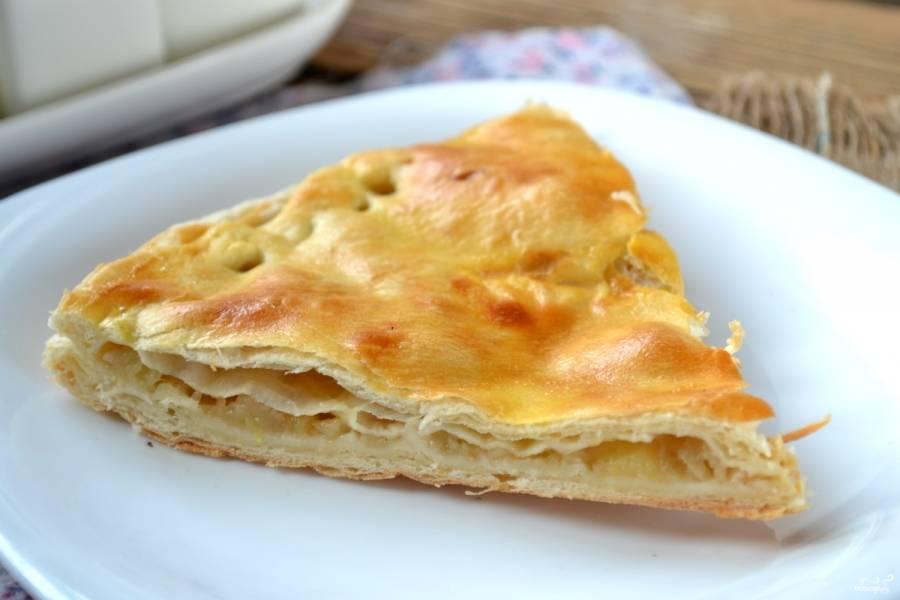 Пирог с яблоками из слоеного теста готов. Приятного аппетита!