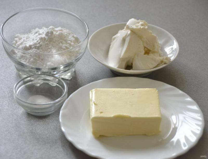 Пока выпекаются капкейки, займитесь приготовлением крема из рикотты. Для этого потребуются размягченное сливочное масло, рикотта, сахарная пудра, ванилин.