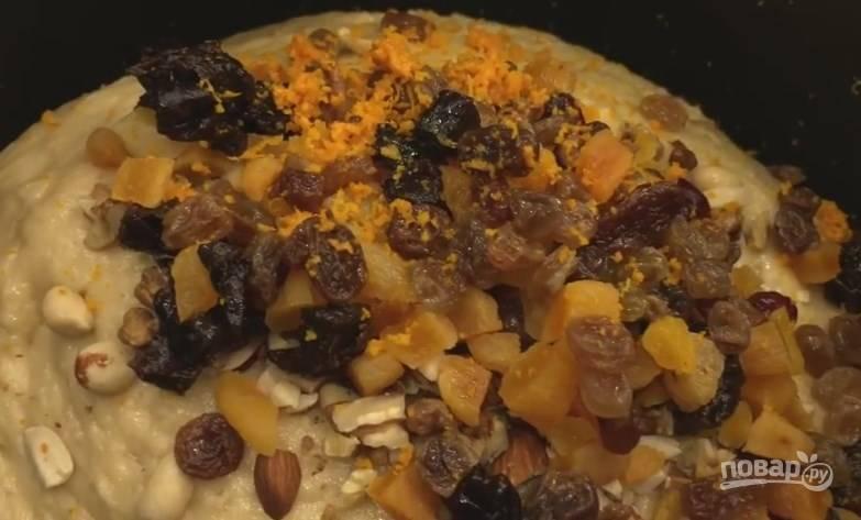 10. Сухофрукты и орехи отправьте в тесто, добавьте цедру лимона или апельсина, перемешайте. Добавьте подсолнечного масла, а затем на 1 час оставьте, чтобы тесто поднялось.
