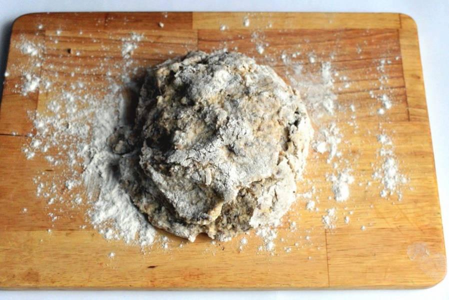 Быстро ложкой замесите мягкое тесто и выложите на присыпанную мукой доску.