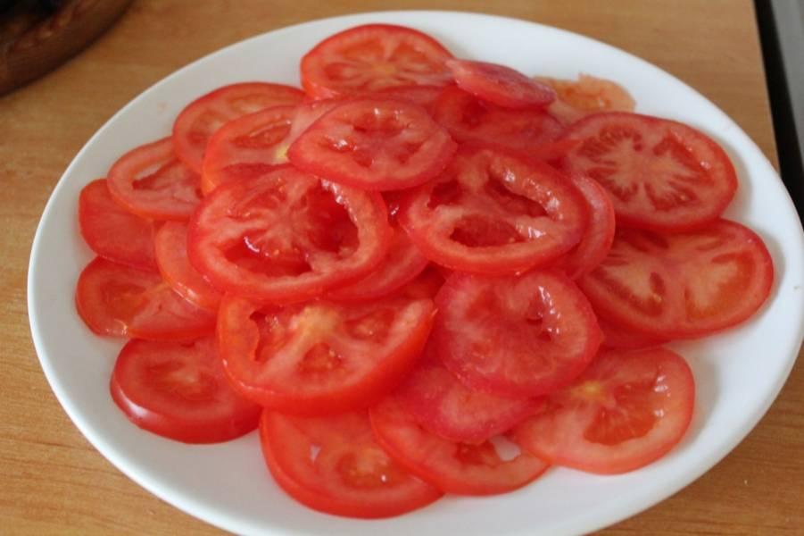 2. Нарезаем помидоры кольцами. Толщина каждого отрезанного ломтика должна быть не более 3 мм.