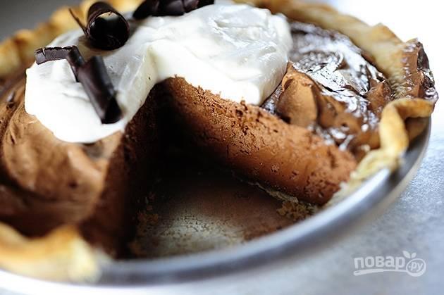 5. Поместите пирог в холодильник на 1 час, а после подавайте к столу.