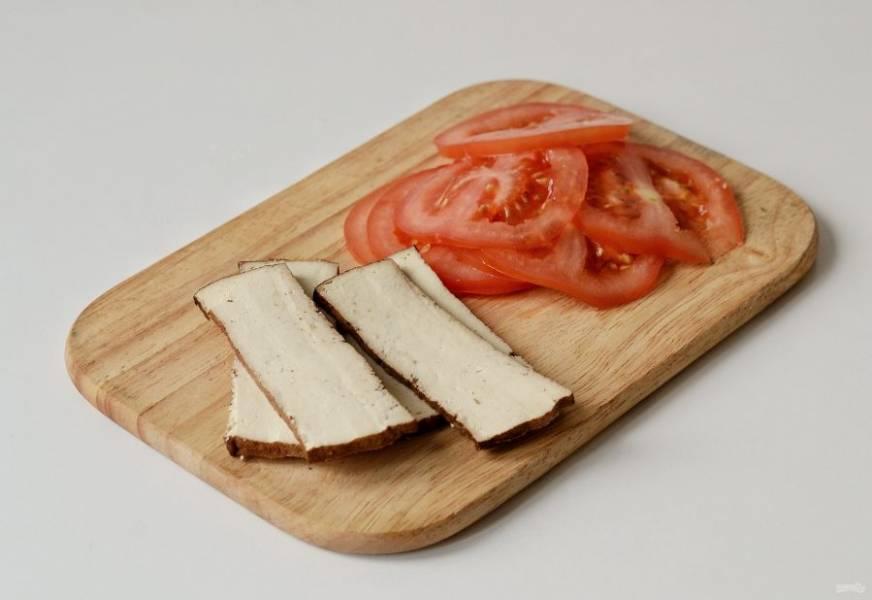 Тофу нарежьте ломтиками толщиной в полсантиметра, а помидоры кружочками.