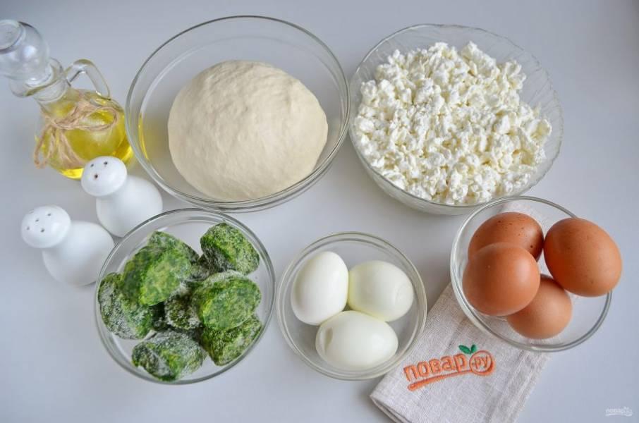 1. Подготовьте продукты. Отварите 3 яйца, остудите и снимите скорлупу. Шпинат разморозьте и хорошо отожмите руками от влаги. Творог выбирайте сухой, влажный для такого пирога не подойдет, слишком много влаги не дадут пропечься тесту.