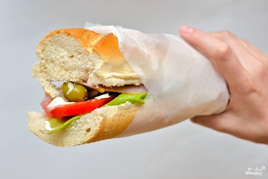 Заверните в пищевую бумагу, чтобы начинка не выпадала. Приятного аппетита.