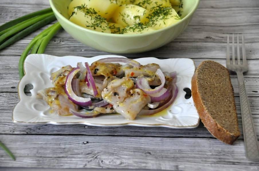 Через сутки рыба готова. Подавайте к столу с отварным картофелем и зеленью. Приятного аппетита!