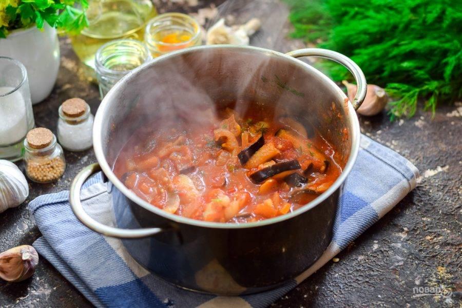 Тушите овощи в томате 40 минут на небольшом огне, в конце добавьте уксус.