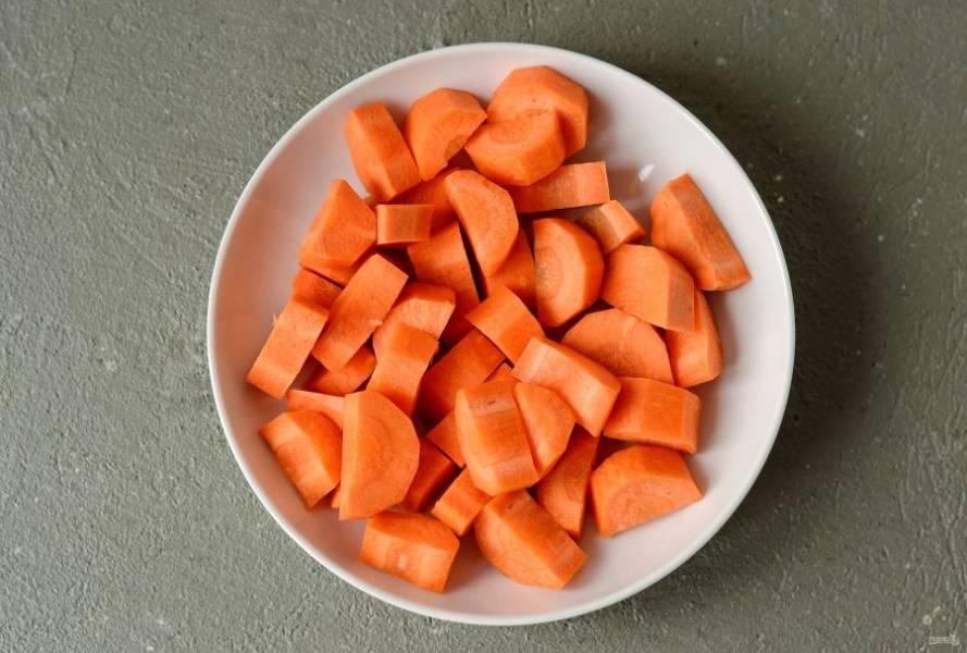 Морковь помойте, очистите от кожуры, нарежьте ломтиками среднего размера.