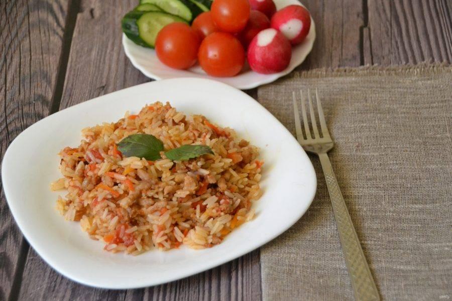 """При подаче """"рис по-флотски"""" можно посыпать зеленью, уместны будут и свежие овощи. Это очень легкое, но при этом вкусное блюдо, уверена, семье понравится!"""