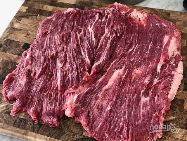 1.Вымойте пашину и острым ножом разрежьте кусочек, чтобы волокна были по вертикали, откройте мясо, словно книжку.