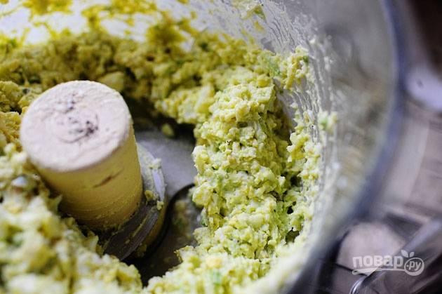 4. Измельчите все в однородную смесь, приправьте солью и перцем по вкусу.