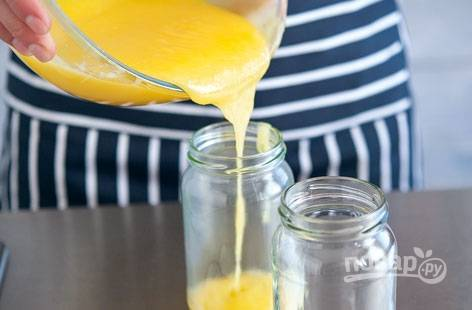 7. Перелейте крем в банки, герметично закройте и храните в холодильнике. Крем можно мазать на хлеб.