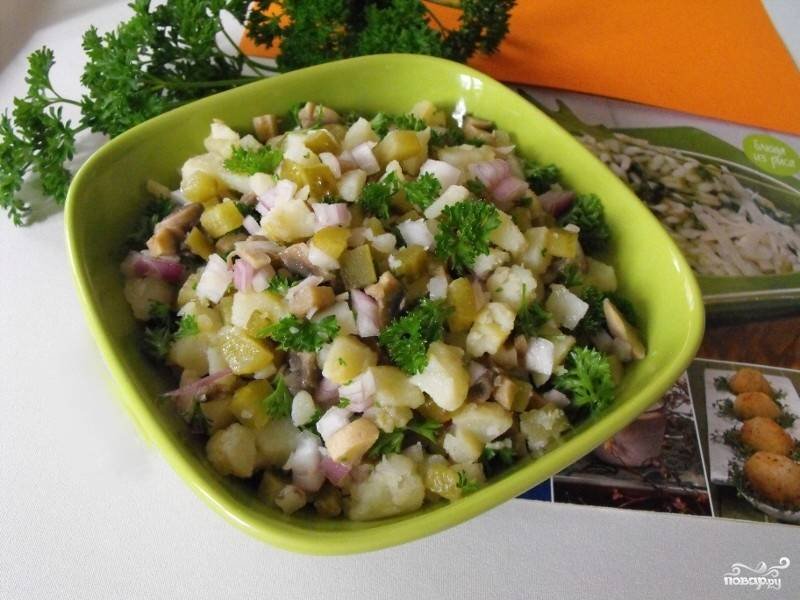 8. Перед подачей выкладываем блюдо в салатник и посыпаем мелко нарезанной зеленью. Приятного аппетита!