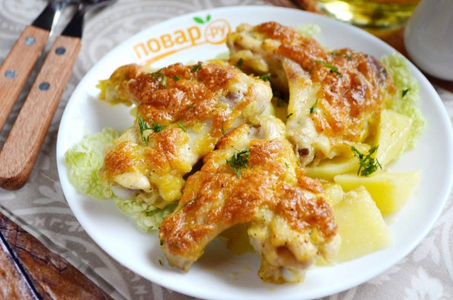 Вкусные и ароматные крылышки с сыром готовы. Приятного аппетита!