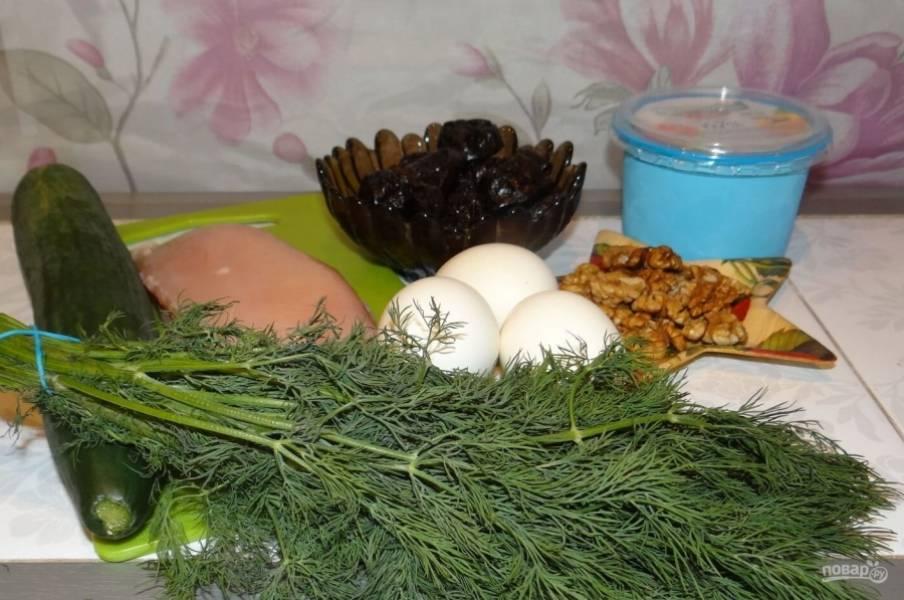 """1. Это удивительно легкий, но вкусный салат, который называют """"Венецианская ночь"""". Такое название салат получил из-за чернослива, который потрясающе играет на контрасте с огурцами и яйцами."""