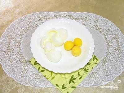 4. Яйца остудите, отделите белки от желтков.