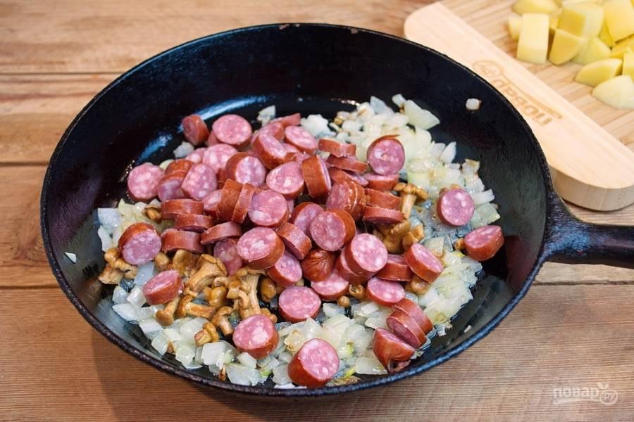 Добавьте нарезанные  охотничьи колбаски.