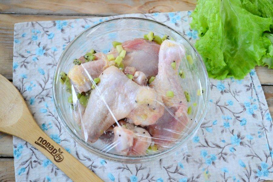 Накройте миску пищевой пленкой и отправьте в холодильник на 1 час, а лучше на целую ночь, чтобы курочка хорошо промариновалась.