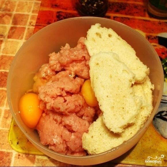 Из куриного филе делаем фарш. В фарш добавляем крошки хлеба, яйца, грибы с луком, и немножечко воды. Солим, перчим и хорошенько вымешиваем фарш.
