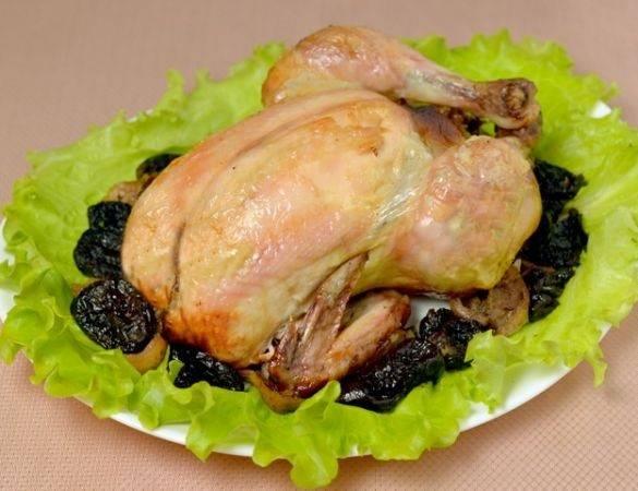 Разложите на тарелку листья салата. По центру выложите курицу (удалив зубочистку и нитки). Часть начинки выкладываем вокруг курицы. Приятного аппетита!