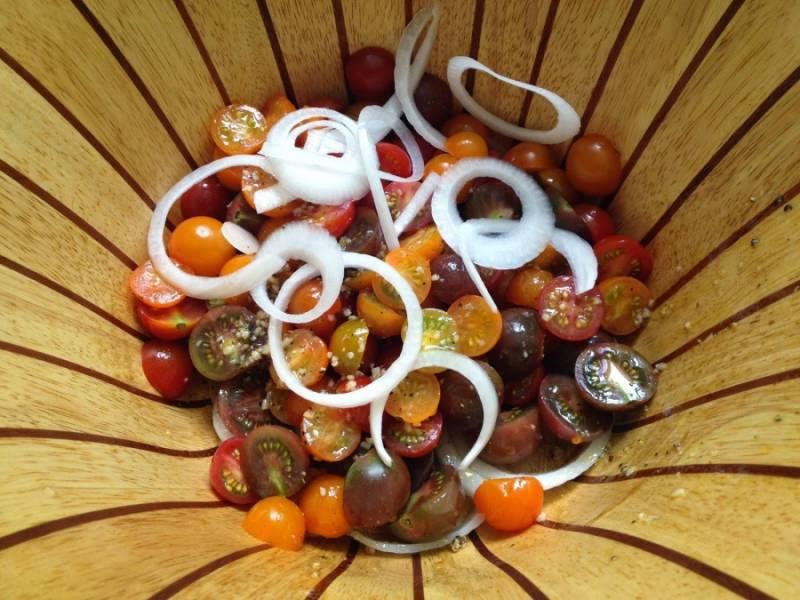 2. Пока креветки готовятся, помоем и порежем помидоры, заправим оливковым маслом, добавим давленый чеснок, лук, нарезанный кольцами, и специи. Сюда же — авокадо, порезанный ломтиками.