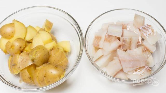 Затем картофель и рыбу нарежьте кубиками.