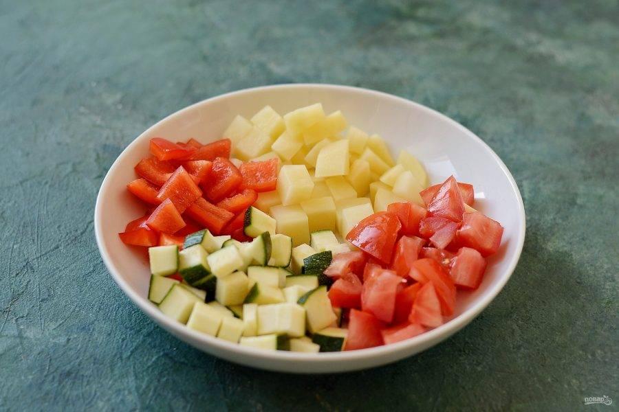 Болгарский перец, картофель, цукини и помидоры нарежьте крупными ломтиками.
