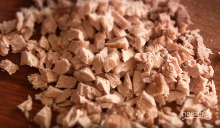 5. Отварное мясо нарежьте небольшими кубиками.