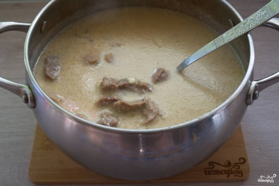 Тушите, периодически помешивая, пока плавленый сыр не растворится в бульоне, а сам бульон слегка не загустеет.