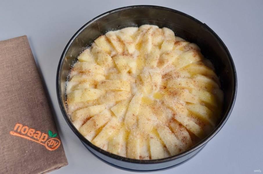 7. Полейте яблоки растопленным маслом (оставшейся половиной), посыпьте сахаром и корицей. Отправьте пирог в горячую духовку (180 градусов) на 35 минут.