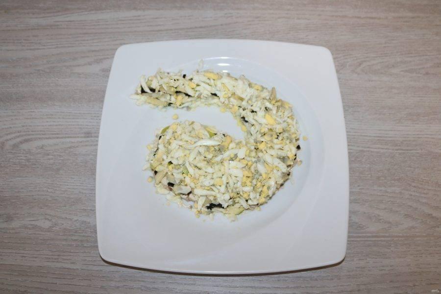 5 слой - натёртые на крупной тёрке куриные яйца.