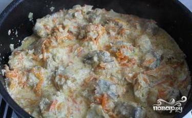 Затем добавляем сметану, солим, перчим, приправляем по вкусу, хорошенько перемешиваем. Снова накрываем крышкой и продолжаем тушить в течении 15 минут.