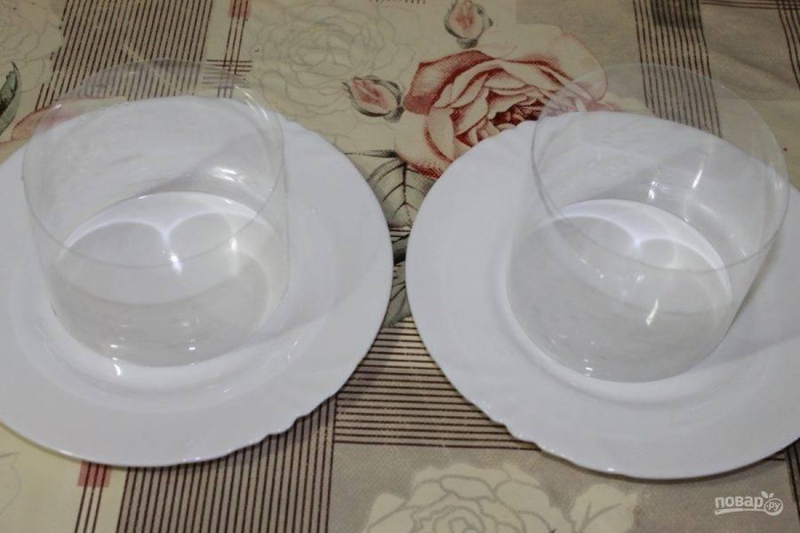 """Ваш праздничный стол будет выглядеть ярче, если вы подадите салат порционно. К тому же гостям будет удобнее и никто не уйдет не попробовав """"Мимозу"""". Подготовьте ингредиенты: сварите яйца вкуртую, с рыбной консервы слейте жидкость и разомните вилкой."""