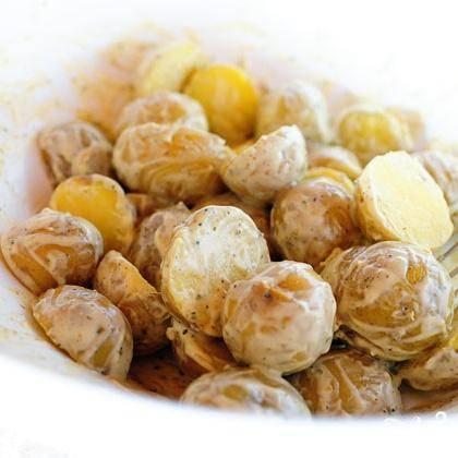 5. Залить половиной приготовленной заправки картофель в миске и перемешать. Добавить больше заправки по вкусу, если вам хочется.