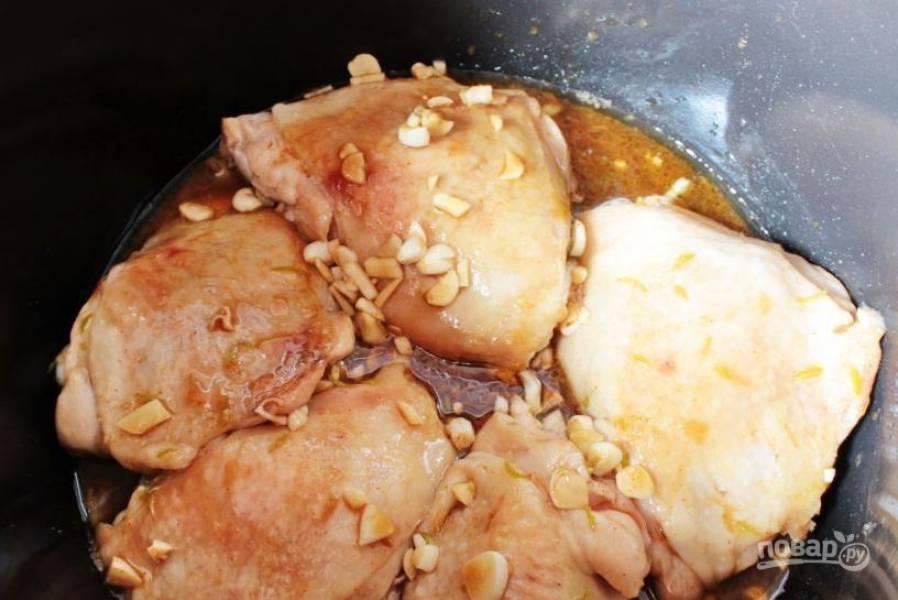 Вылейте маринад в чашу мультиварки к окорочкам и поставьте прибор в режим тушения. Готовьте курицу сорок минут, пока она не приобретет красивый коричневатый оттенок.