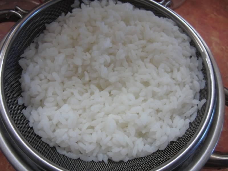 Прежде всего необходимо отварить рис. Чтобы он получился рассыпчатым, промойте его перед варкой. Готовый рис полностью остудите.